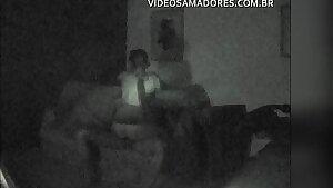 Equipamento de segurança com nightshot grava vídeo de casal fodendo no sofá da sala